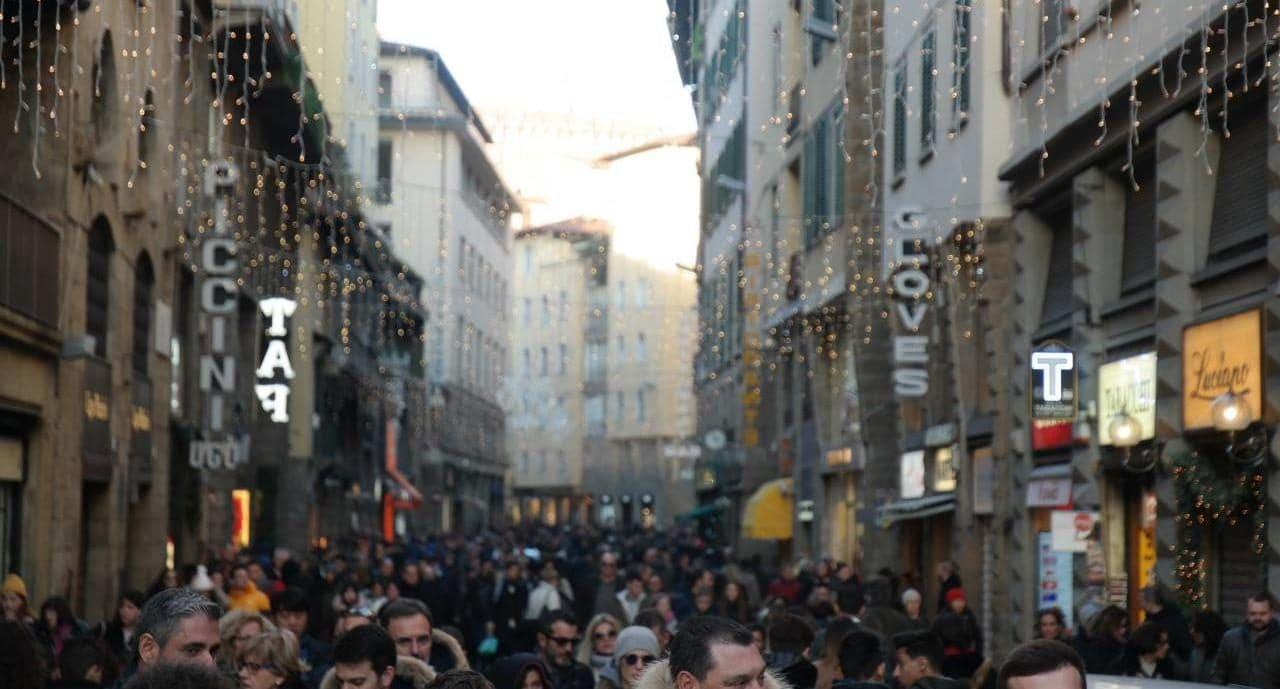 피렌체 베키오다리에서 베케오궁전으로 향하는 길의 명품 거리에 모려든 사람