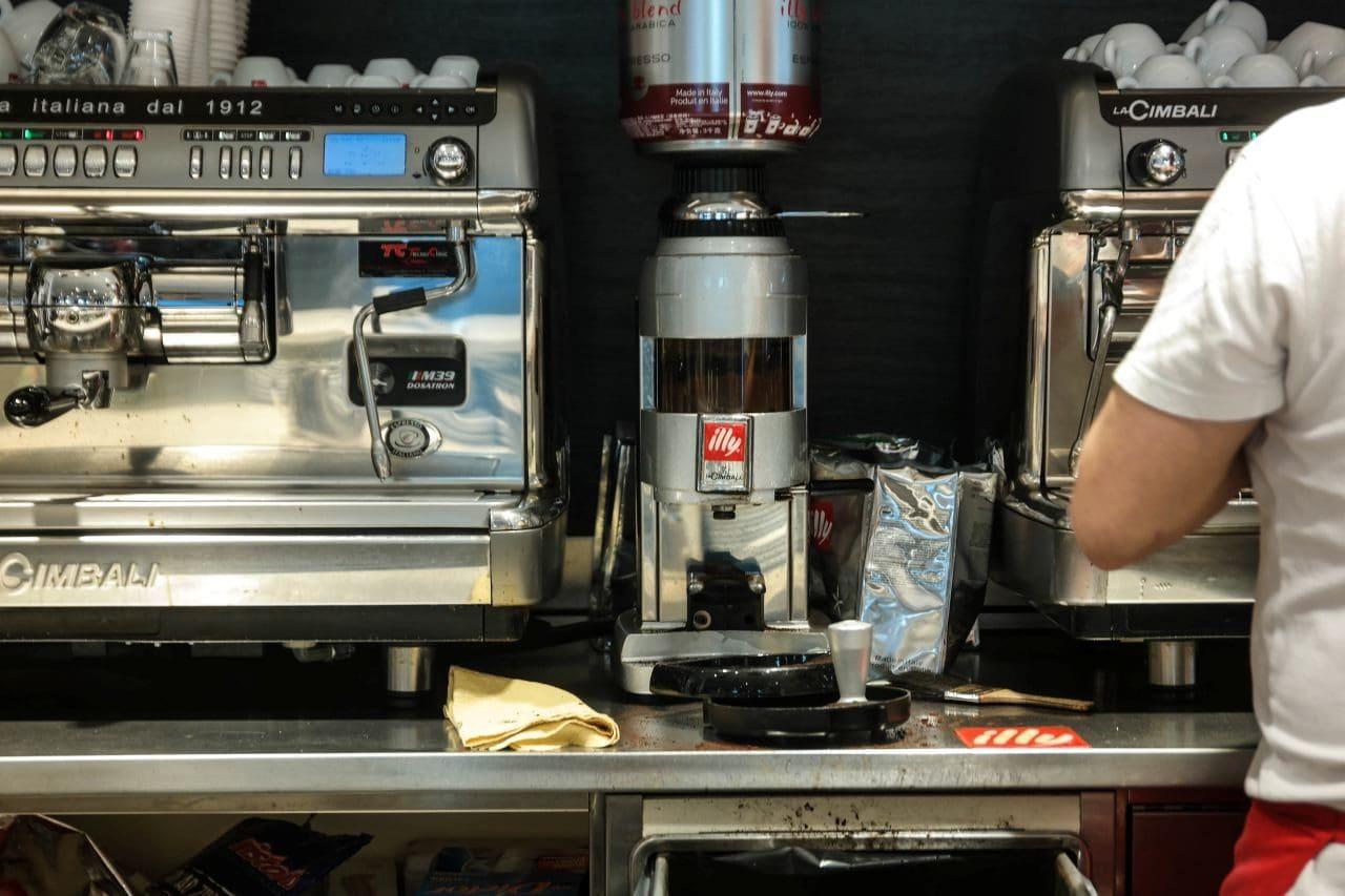 이탈리아 밀라노에서 친퀘테레로 가는 길의 휴게소 MyChef S. Ilario Sud 풍경 - 일리 커피머신을 사용해 커피를 만들고 있다, Image by Happist-8932