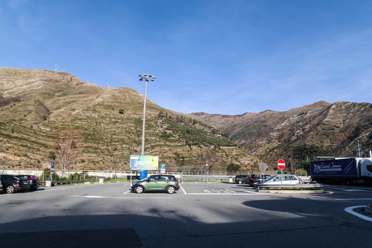 이탈리아 밀라노에서 친퀘테레로 가는 길의 휴게소 MyChef S. Ilario Sud 에서 바라본 주차장 및 앞산 풍경, Image by Happist-8940