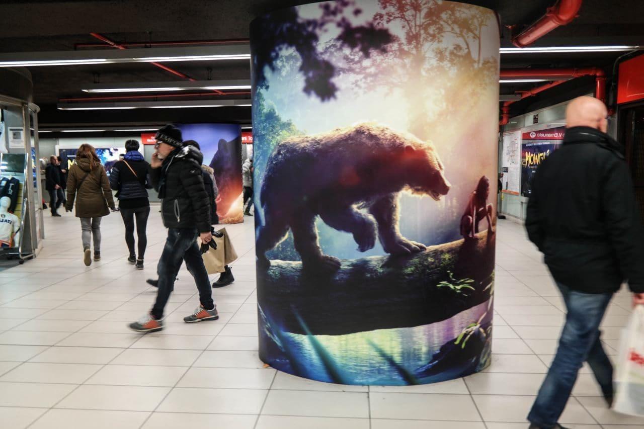 이탈리아 밀라노 두우모역에서 넷플릭스의 모글리 광고, Image by Happist