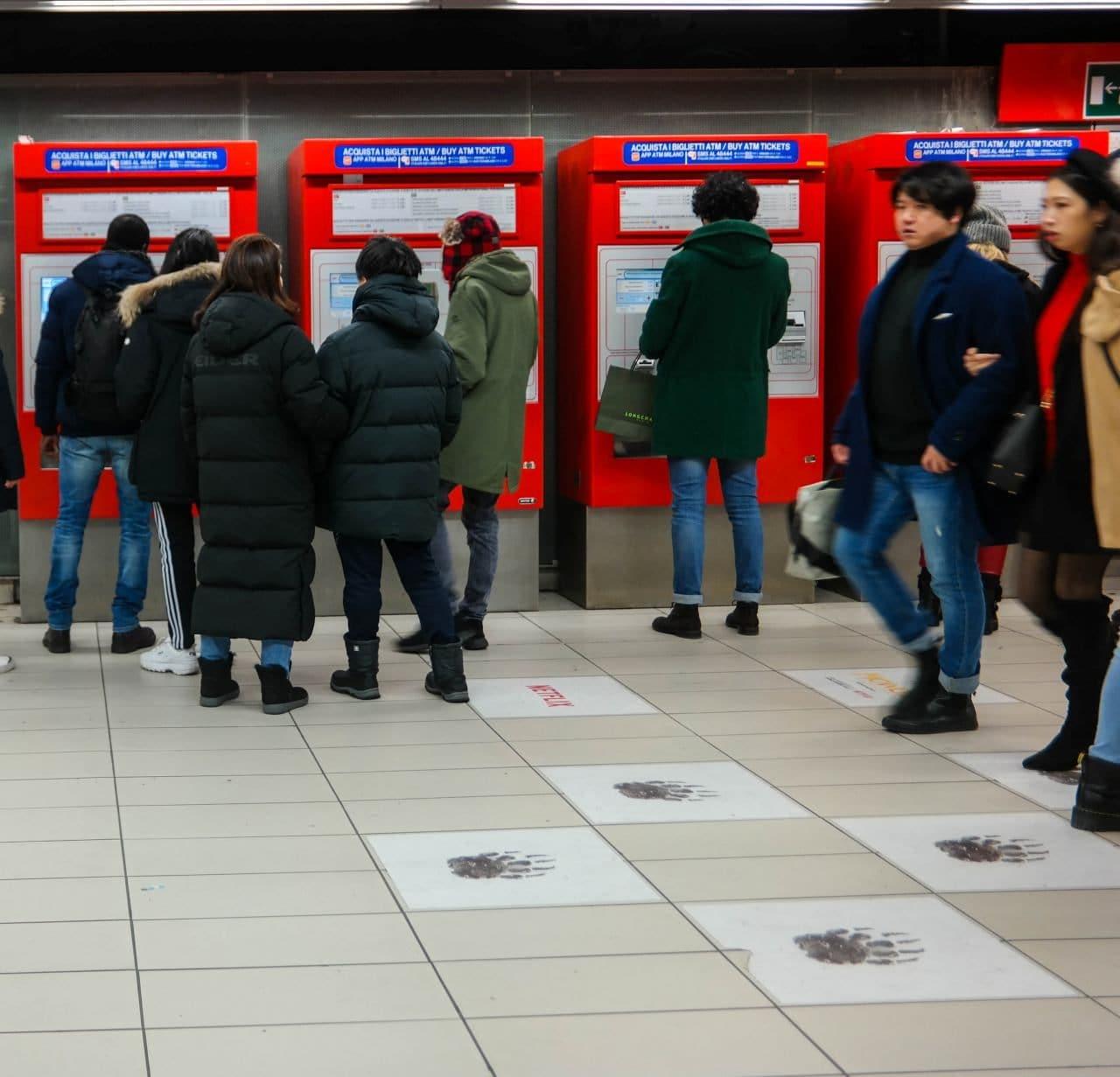 이탈리아 밀라노 두우모역에서 넷플릭스의 모글리 광고_모글리 발자국이 사람드링 많이 모이는 티켓 머신앞에서부터 시작한다, Image by Happist