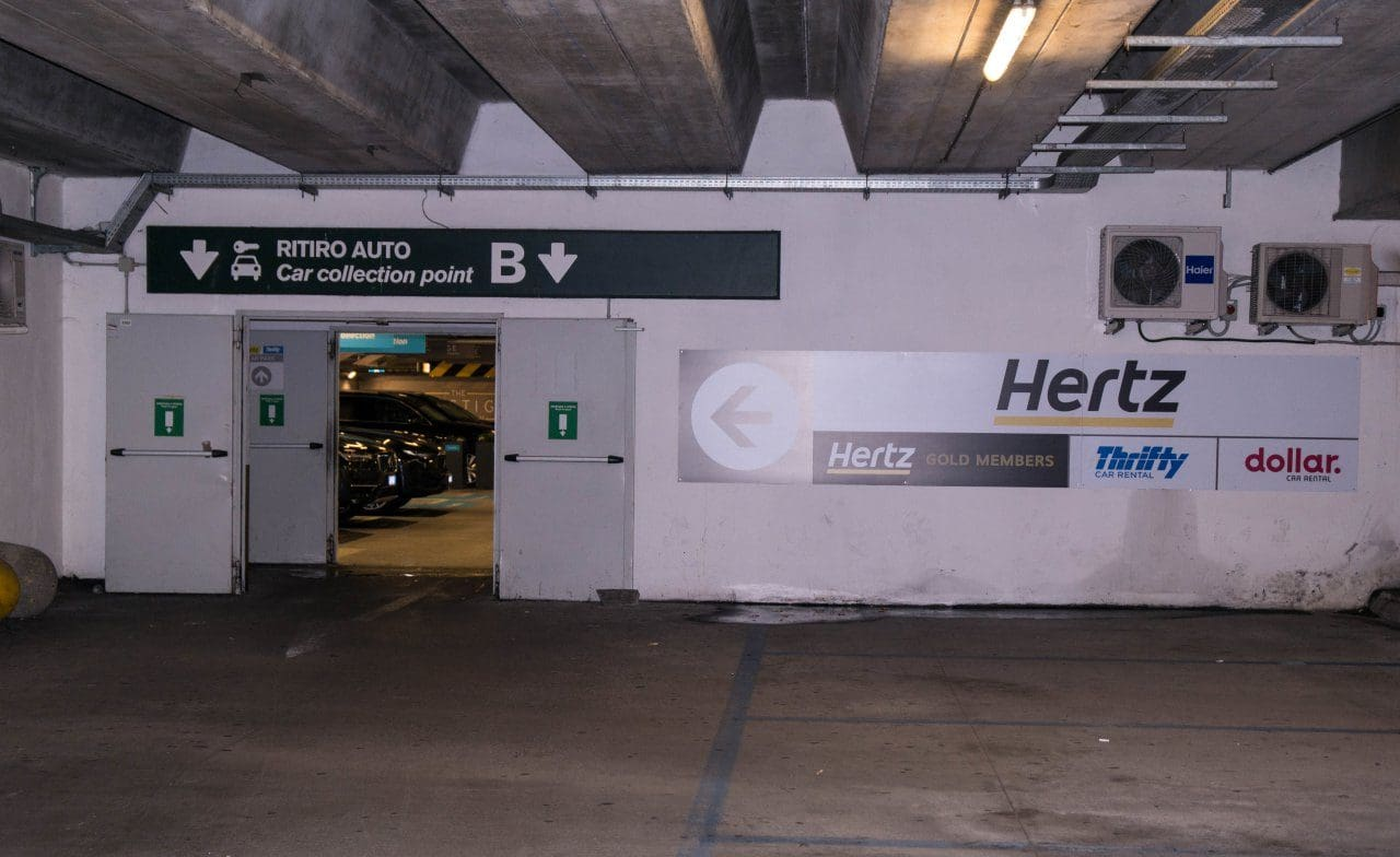 'batch_이탈이라 밀라노 말펜사 공항의 렌트카 주차장 입구,  Image by Happist