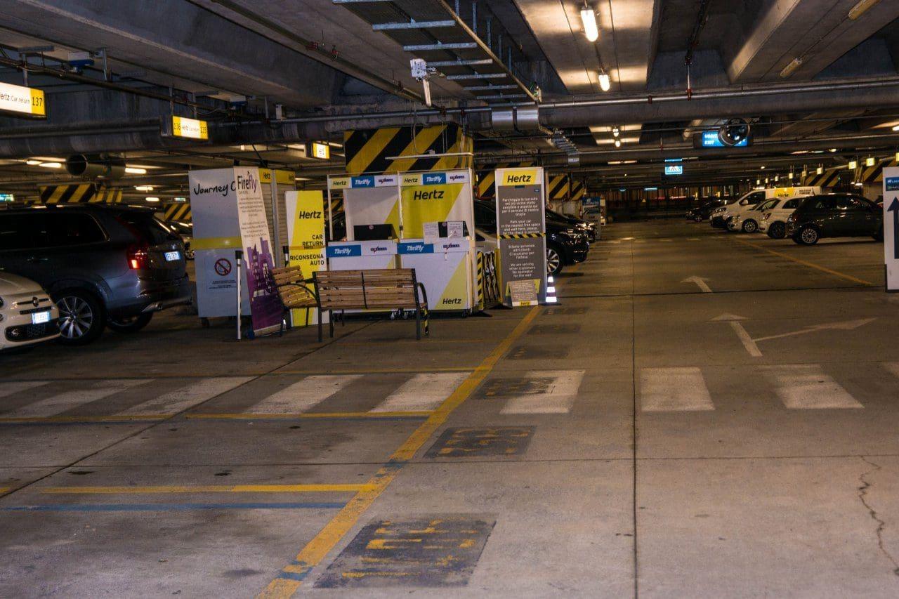 이탈리아 밀라노 말펜사 공항의 허츠 렌트카 주차장,  Image by Happist