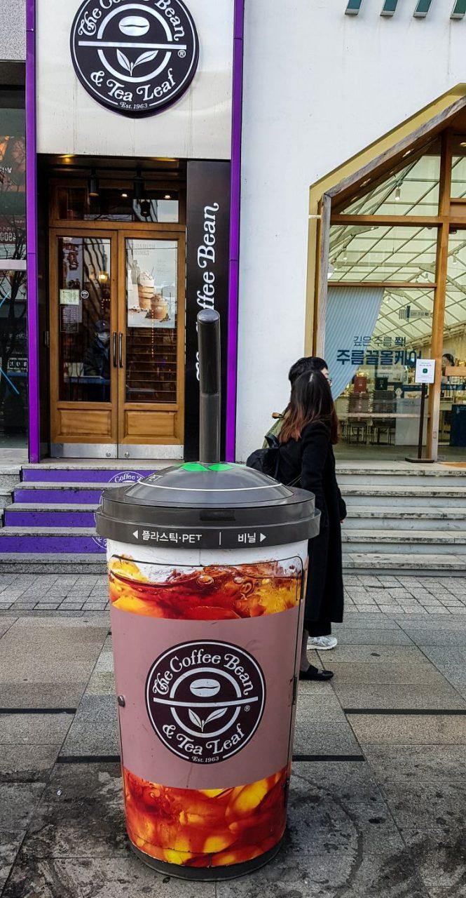 강남역의 광고들, 광고가 달린 휴지통 커피빈앞의 커피빈 광고, Image - Choi dongsoon