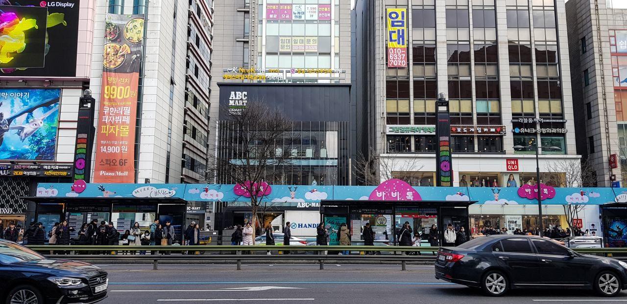 강남역의 광고들, 광고로 중무장한 버스정류장, Image - Choi dongsoon