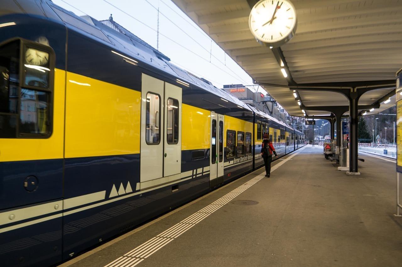 스위스 자동차 여행 - 그린델발트로 출발하기 직전의 열차 모습을 인터라켄 동역에서 담아보았다, Image by Happist
