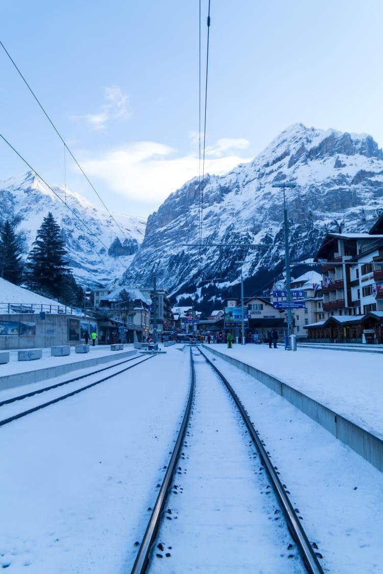 스위스 자동차 여행 - 그린델발트역에서 바로 보이는 高峯, 베터호른(Wetterhorn)과 미텐베르그(Mettenberg) 풍경, Image by Happist