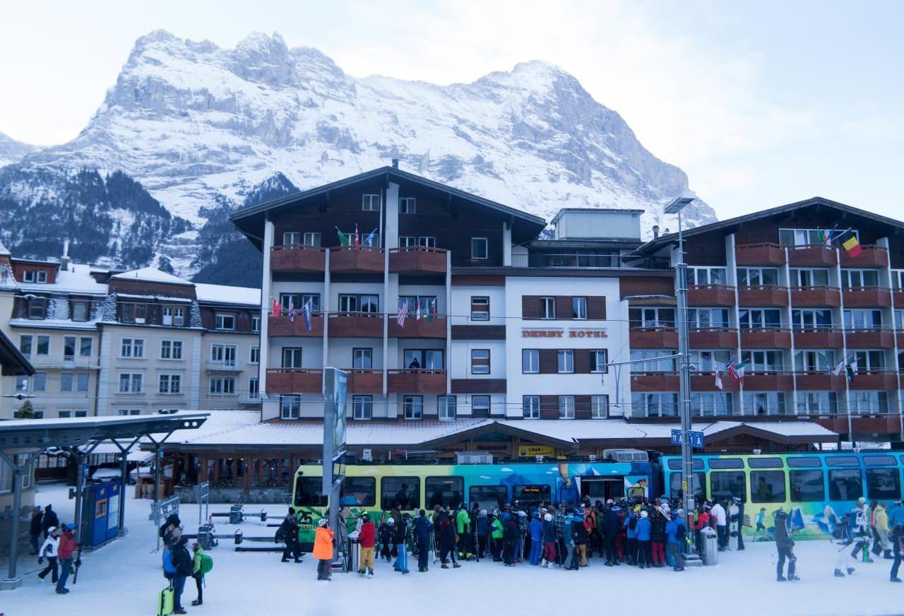 스위스 자동차 여행 - 그린델발트에서  클라이네 샤이덱(Kleine Scheidegg)ㅇ로 스키어들을 실어나르는 시즌 특별열차에 탑승하려는 스키어들, Image by Happist