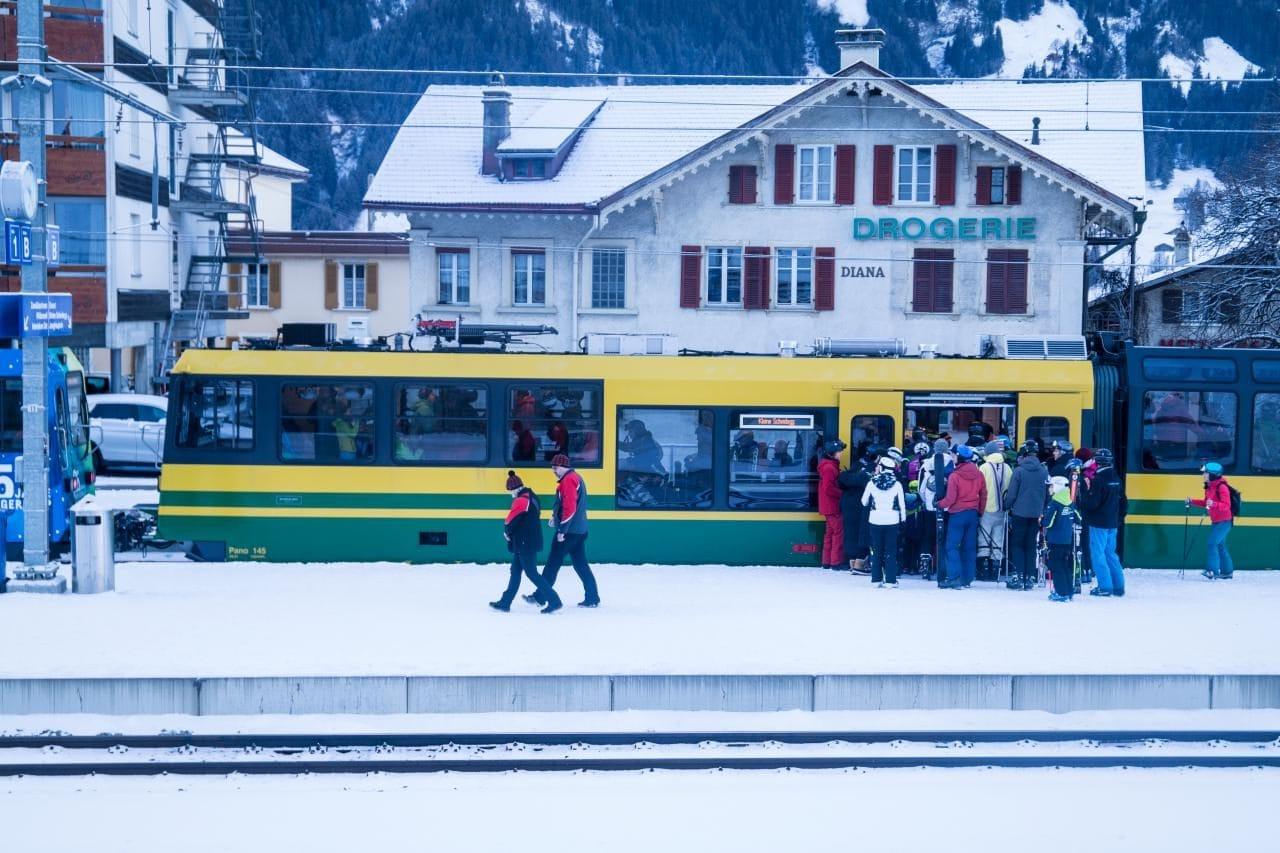 스위스 자동차 여행 - 그린델발트에서 융프라우요흐로 가는 관광객을 클라이네 샤이덱(Kleine Scheidegg)까지 수송하는 노란색 열차, Image by Happist