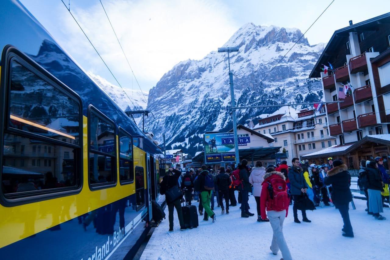 스위스 자동차 여행 - 그린델발트역 풍경, 수많은 스키어들과 여행객들로 붐비고 있다, Image by Happist