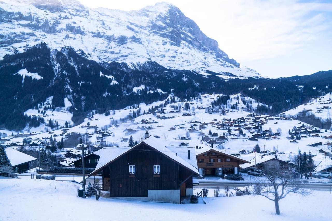아이거산과 그린델발트 산기슭의 겨울 눈 풍경