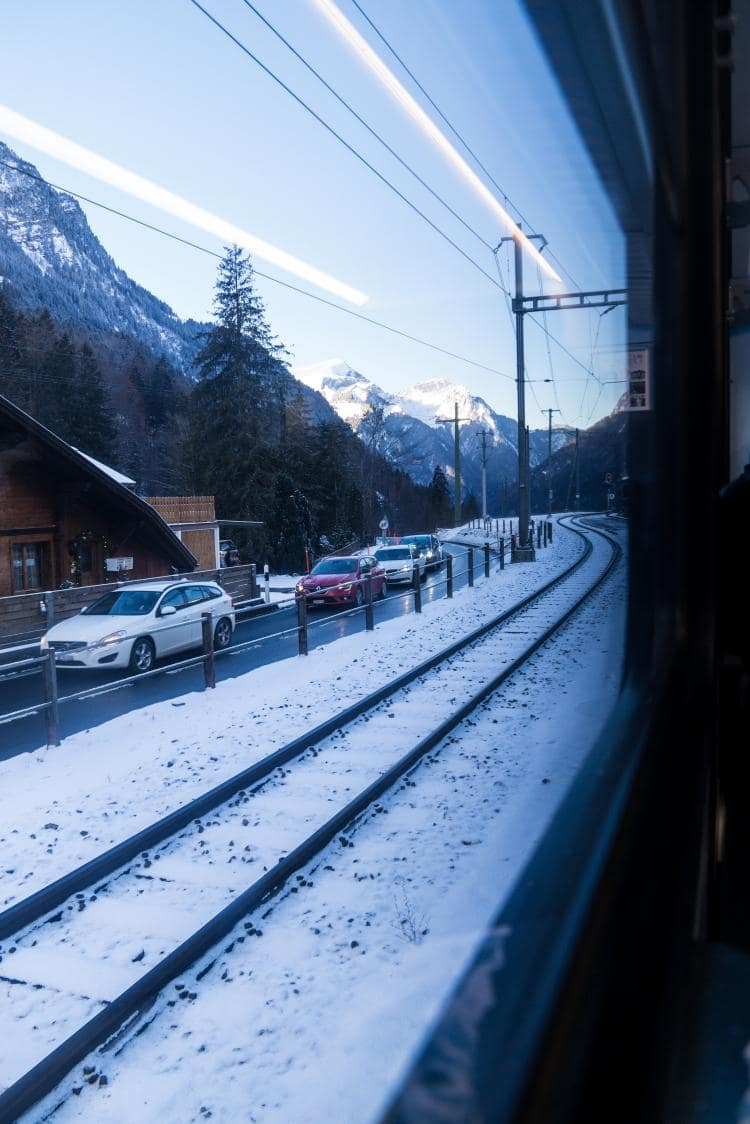 스위스 자동차 여행 - 그린델발트로 가는 길,  도로에 쌓인 눈은 녹았지만 차들은 엉금 엄금 기어가고 있었다, Image by Happist-4575