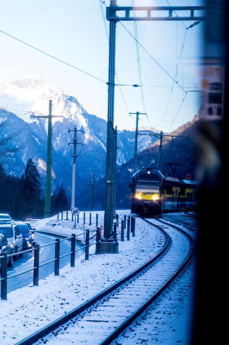 스위스 자동차 여행 - 그린델발트로 가는 열차에서 달려오는 도 다른 열차를 담아 보았다, Image by Happist