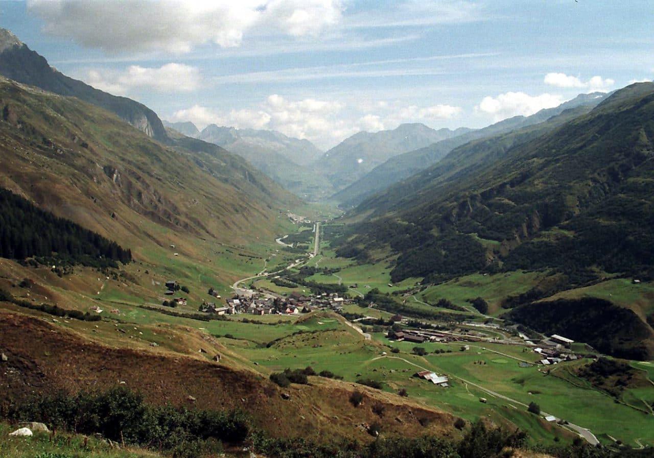 스위스 자동차 여행, 루칼프방향으로 바로 본 푸르카 패스(Furka pass) 중 우르세른 계곡(Ursern valley), Image -SteveK