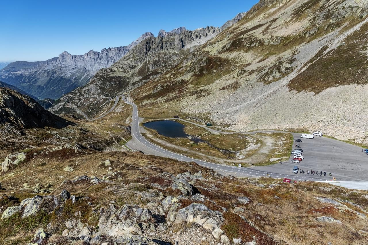 스위스 자동차 여행, 수스텐 패스(Susten PASS) 정상의 주차장과 작은 호수, switzerland, Image - kreativgarasch