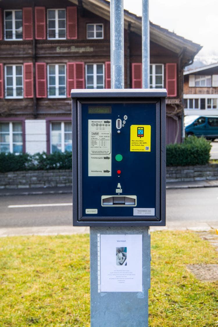 스위스 자동차 여행 -  스위스 숙소 근처 튠 호수근처 주택가의 주차장의 주차비 정산기 모습, Image by Happist
