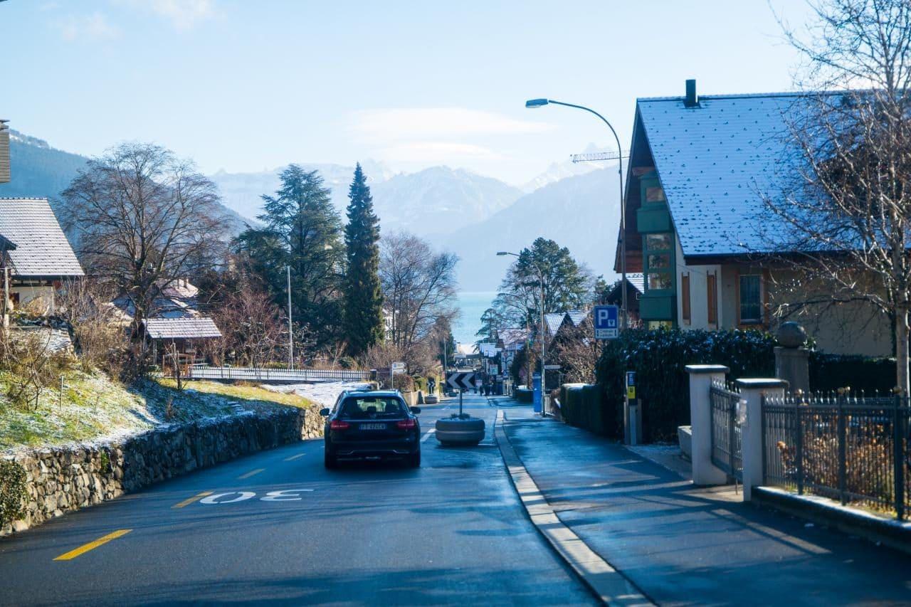 스위스 자동차 여행 -  스위스 스피츠(Spiez) 선착장 근처 골목 풍경, 주차장 표시를 볼 수 있다, Image by Happist