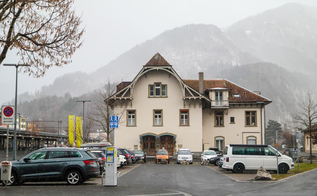 스위스 자동차 여행 -  스위스 인터라켄 서역(Imterlaken West)에서 만날 수 있었던 실외 주차장, Image by Happist
