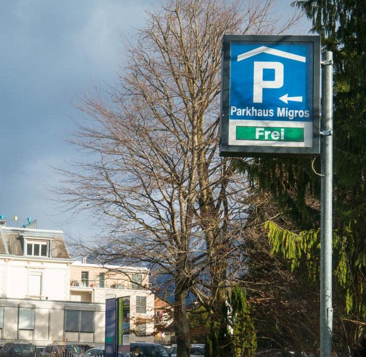 스위스 자동차 여행 -  스위스 인터라켄 서역(Imterlaken West) 근방 쇼핑 체인 미그로스(M9gros)근처에서 볼수 있었던 실내 주차장 표시, Image by Happist