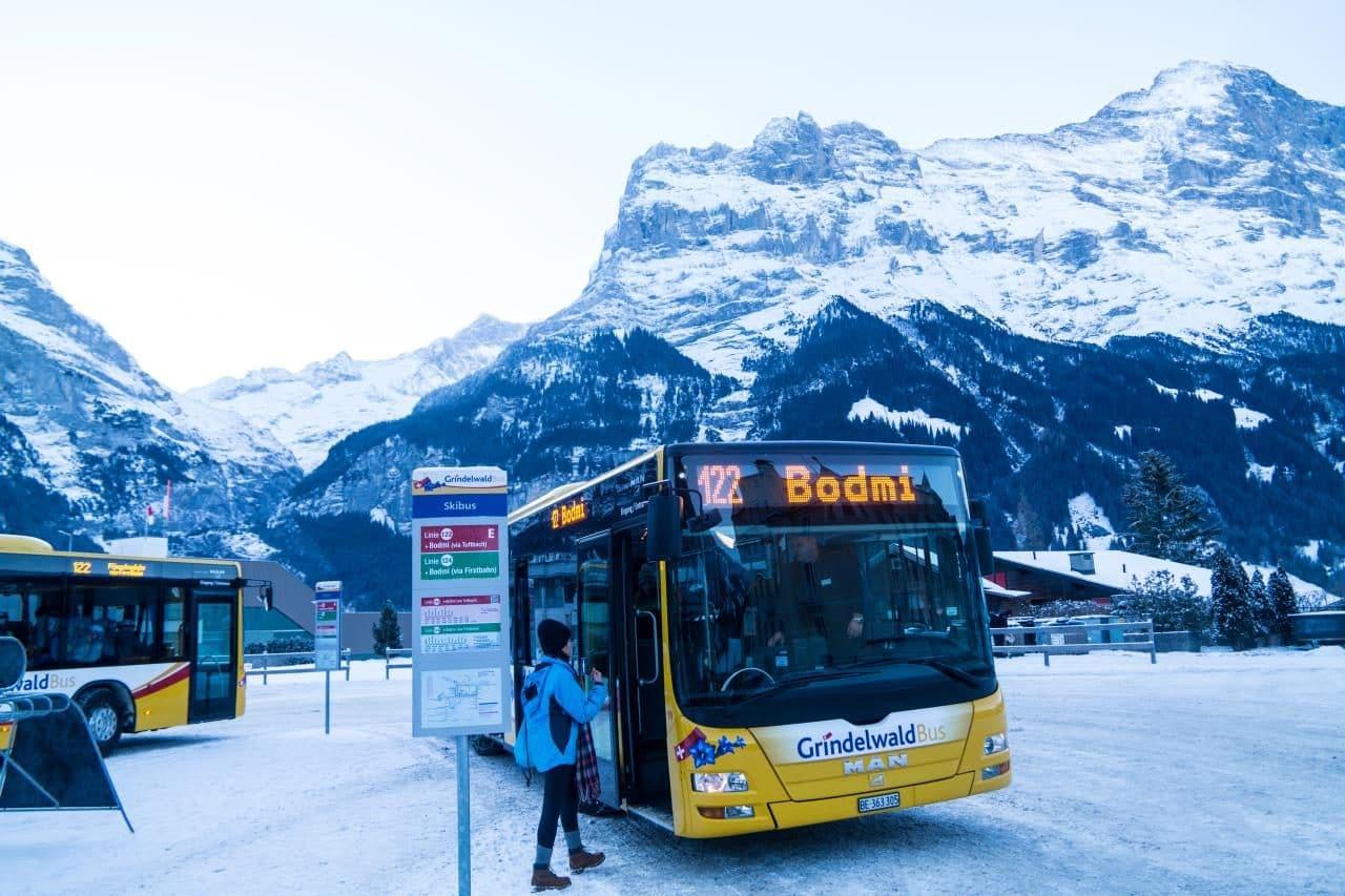 스위스 자동차 여행 - 스위스 자동차 여행 - 그린델발트 버스정류장그리고 아이거산 풍경, Image by Happist