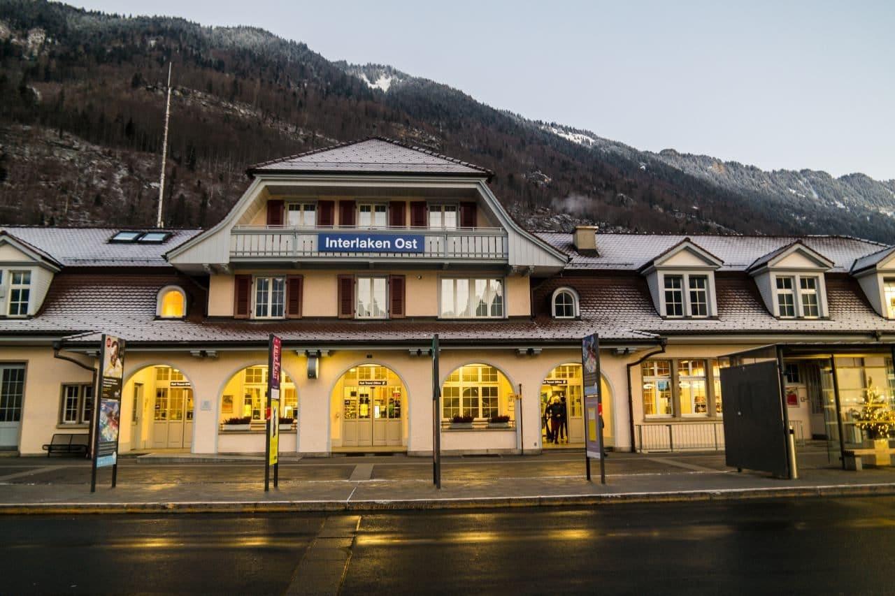 스위스 자동차 여행 -  이른 아침의 인터라켄 동역(Interlaken Ost) 풍경 , Image by Happist