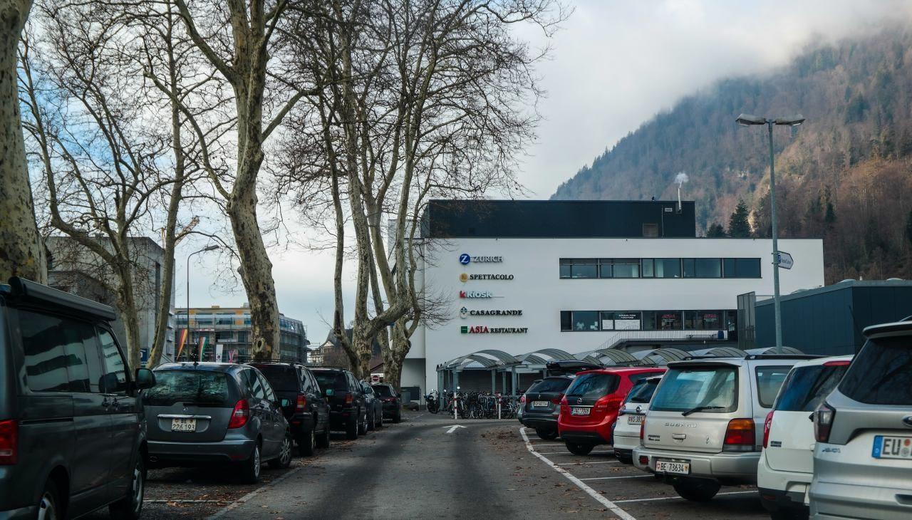 스위스 자동차 여행 - 인터라켄 동역(Interlaken Ost) 주차장 내부 모습, Image by Happist