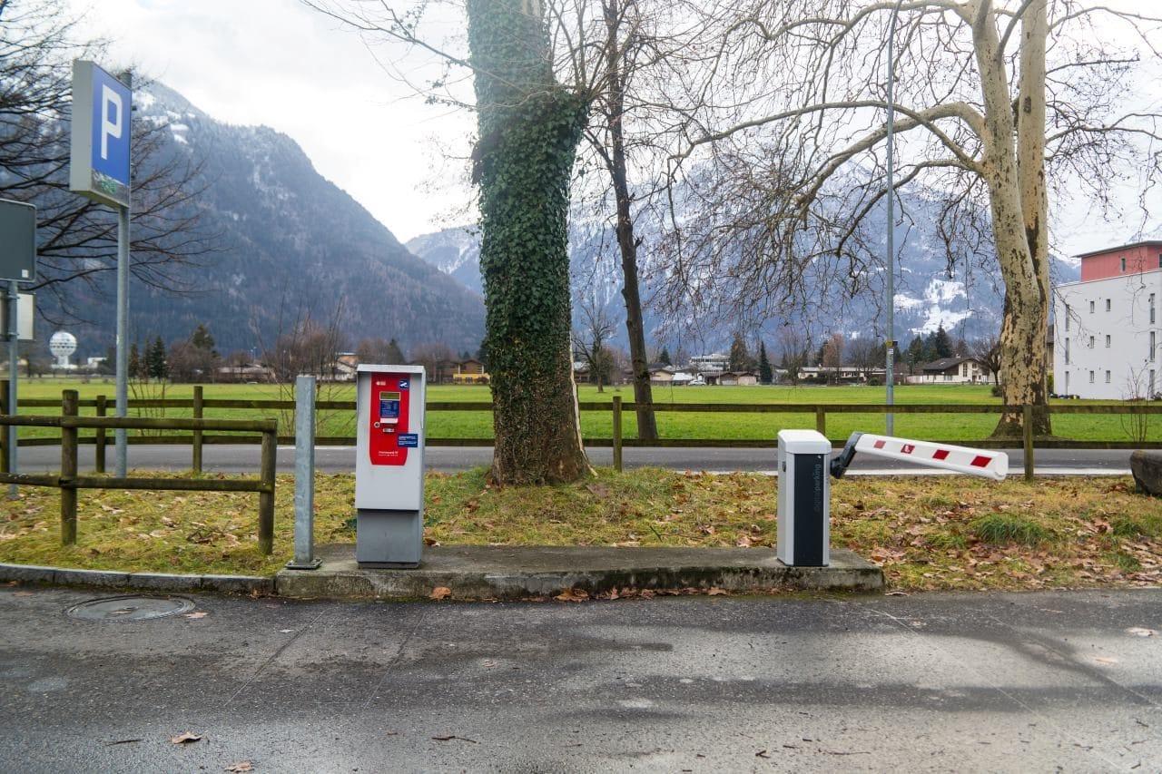 스위스 자동차 여행 - 인터라켄 동역(Interlaken Ost) 주차장 입구 여기서 주차 티켓을 뽑으면 차단기가 열리고 안으로 들어갈 수 있다, Image by Happist