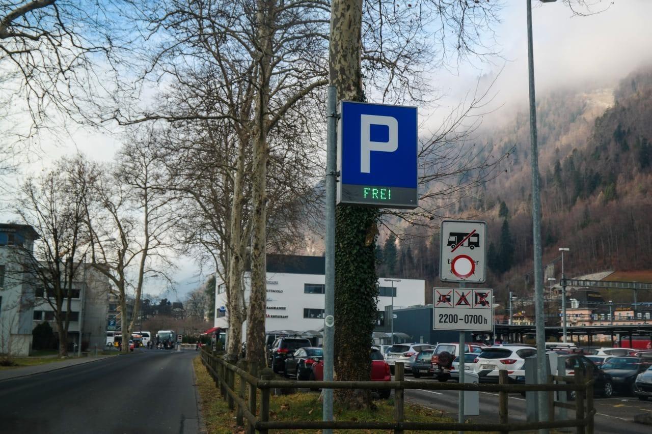 스위스 자동차 여행 - 인터라켄 동역(Interlaken Ost) 주차장 입구, Image by Happist