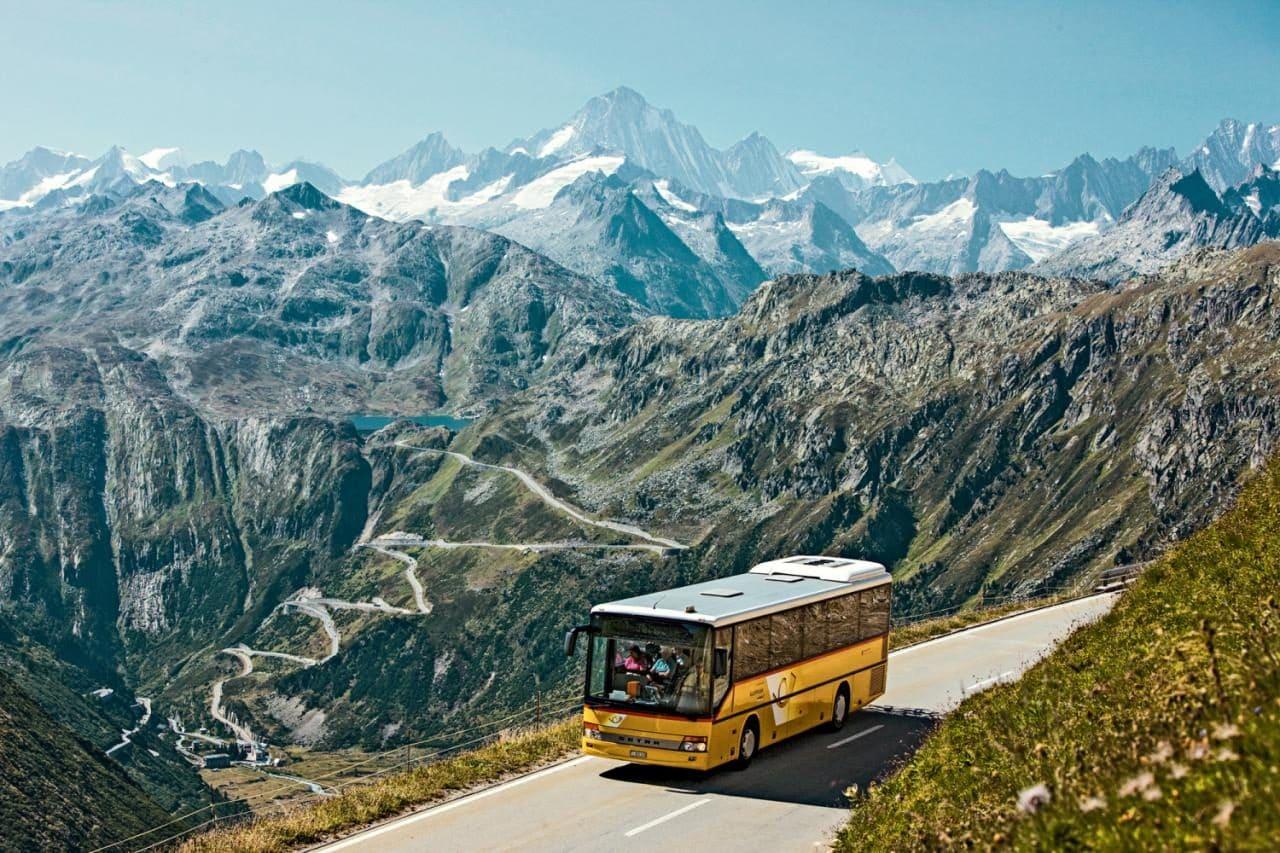 스위스 자동차 여행, 포스트아우토가 달리는 길 너머러 글림젤 패스(Grimsel Pass)와 토텐 호수(Totensee)가 보인다 Central Alps Passes Postauto, Image - Swisstourism