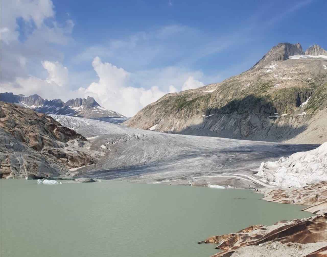 스위스 자동차 여행, 푸르카 패스 벨베데레(Belvédère) 마을위의 론 빙하와 빙하가 녹은 론 강물이 만들어진 모습, 주의 Image -veronika Schöpfer