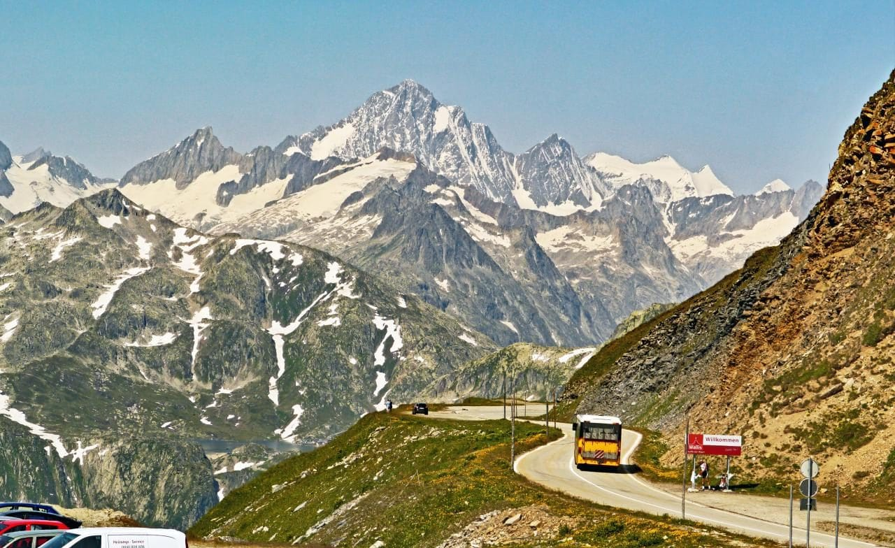 스위스 푸르카 패스를 지나는 포스트 버스(Post Bus), Furka Pass, Obergoms, Switzerland, Image - hpgruesen