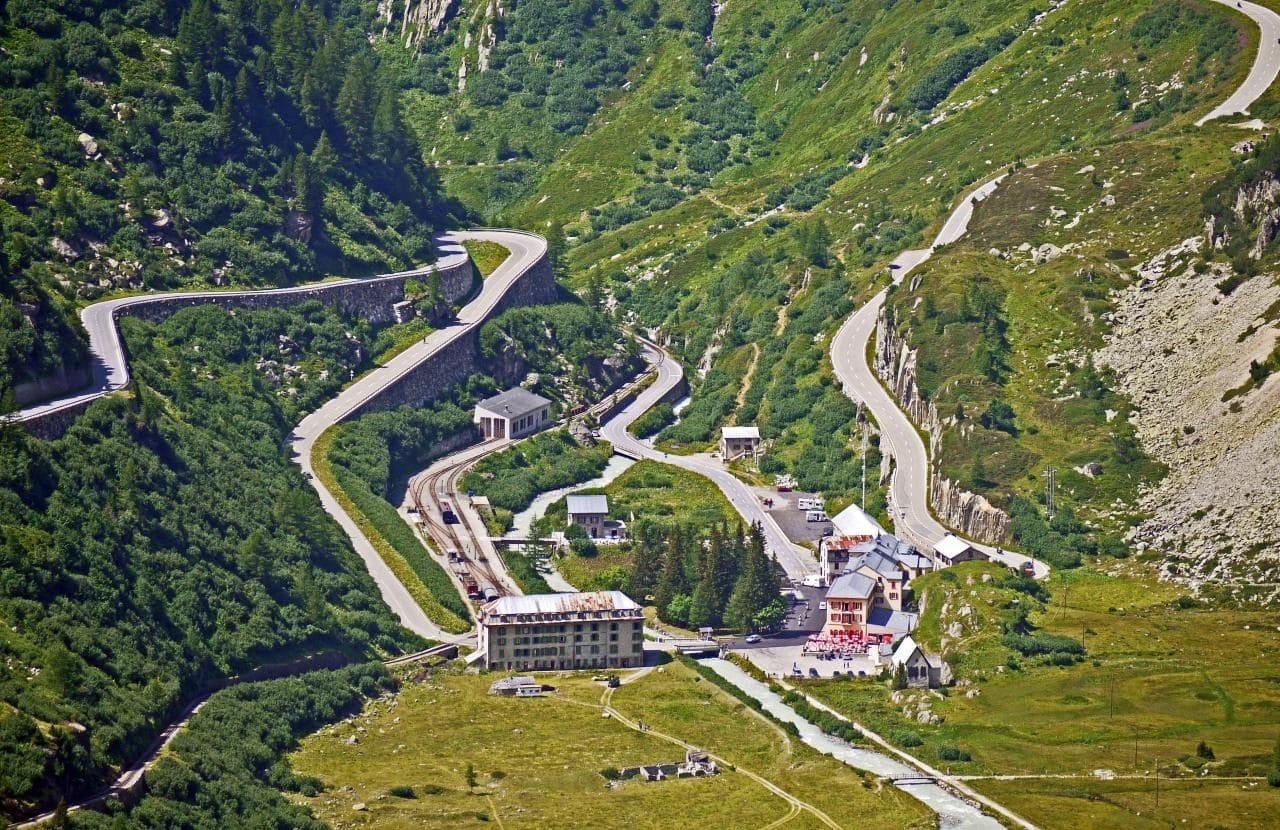 스위스 푸르카 패스와 글림젤 패스가 만나는글레취(Gletsch)마을, Image - hpgruesen