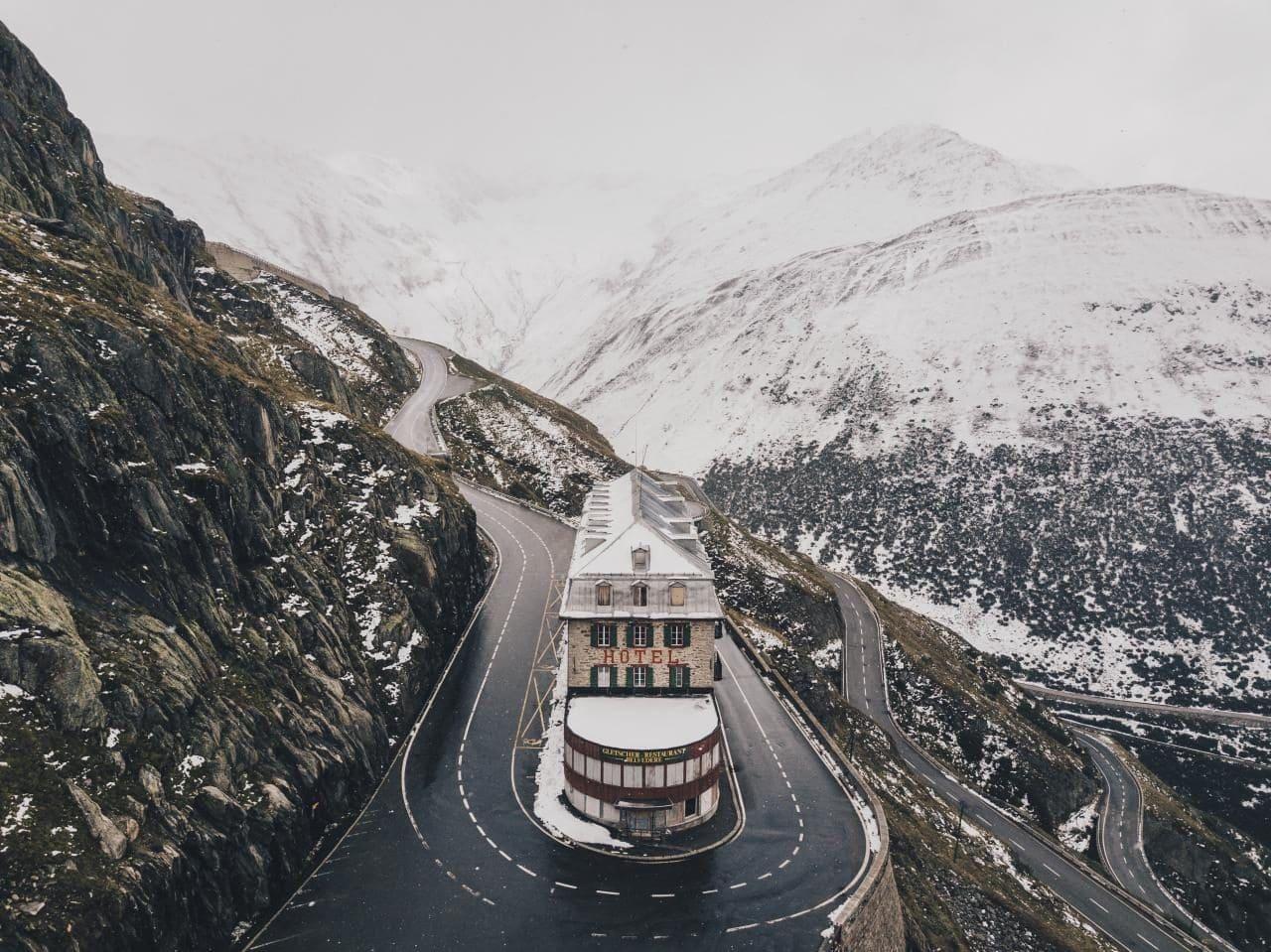 스위스 푸르카 패스 정상에서 내려와 만나는 벨베데레(Belvédère) 호텔, Furka Pass, Obergoms, Switzerland, Image - nigel-tadyanehondo