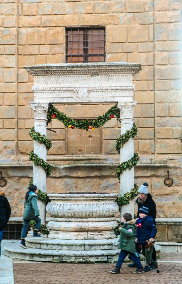 유럽 이탈리아 자동차여행_피엔차(Pienza) 피콜로미니 궁전 앞에 있는 우물, Image - Choi dongsoon