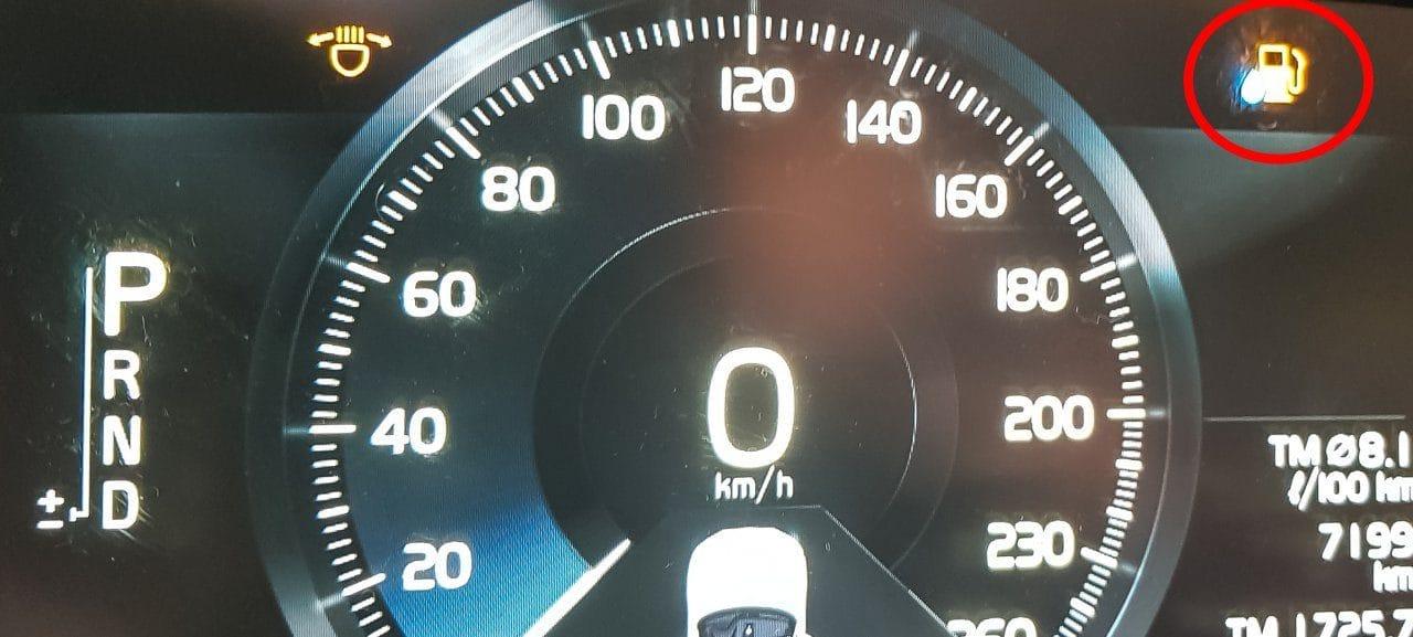 유럽 자동차 여행 중 스위스에서 만난  볼보 XC60 요소수 경고등(AdBlue Warning Sign), Image by Happist