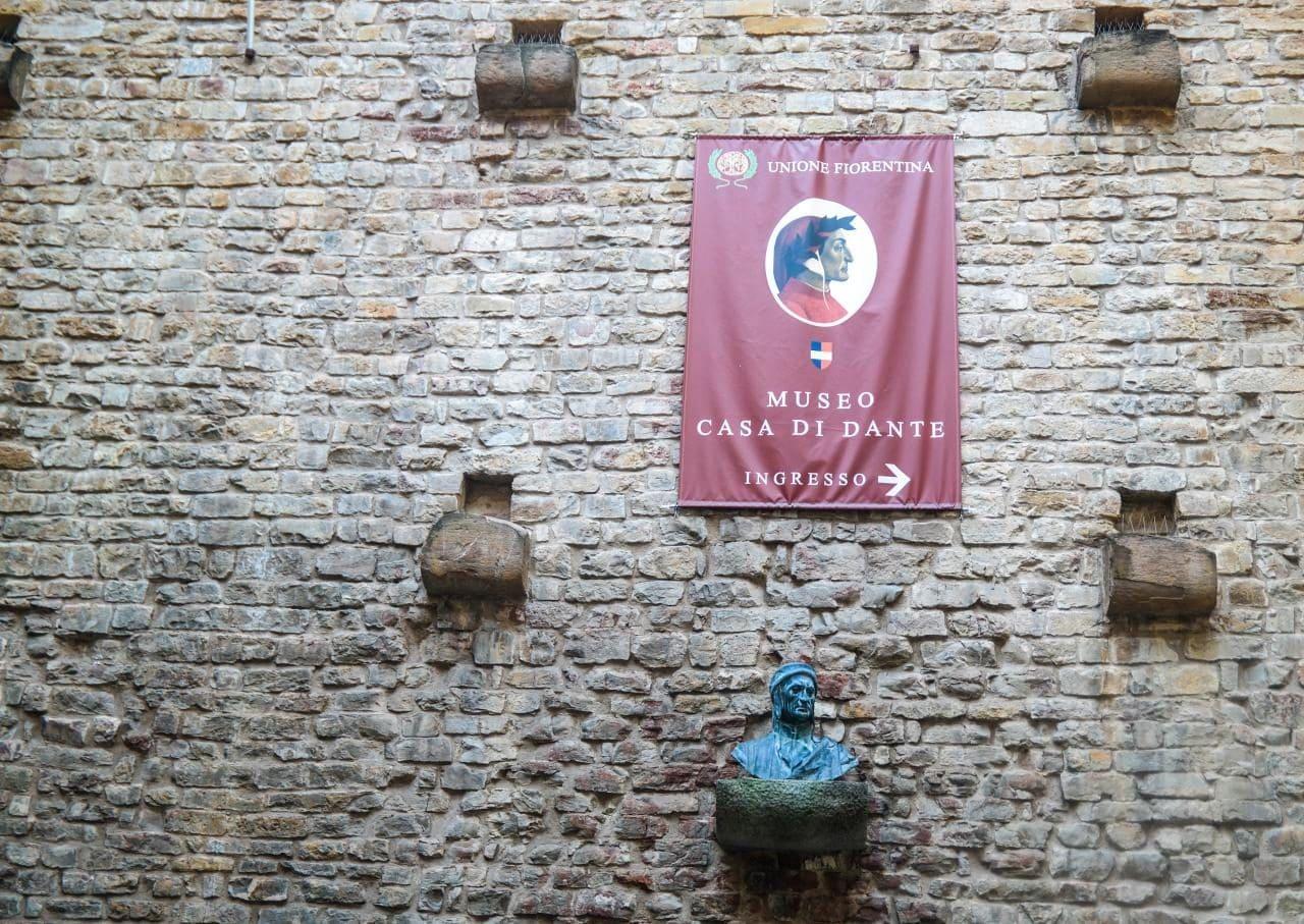 이탈리아 여행, 피렌체, 단테 생가, 단테 박물관벽의 휘장과 단테 흉상, Image - Choi dongsoon