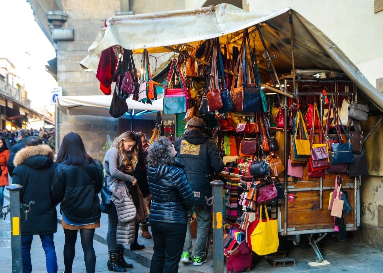 이탈리아 여행, 피렌체, 베키오다리(Ponte Vecchio)의 가죽 가방 판매 노점, Image - Choi dongsoon