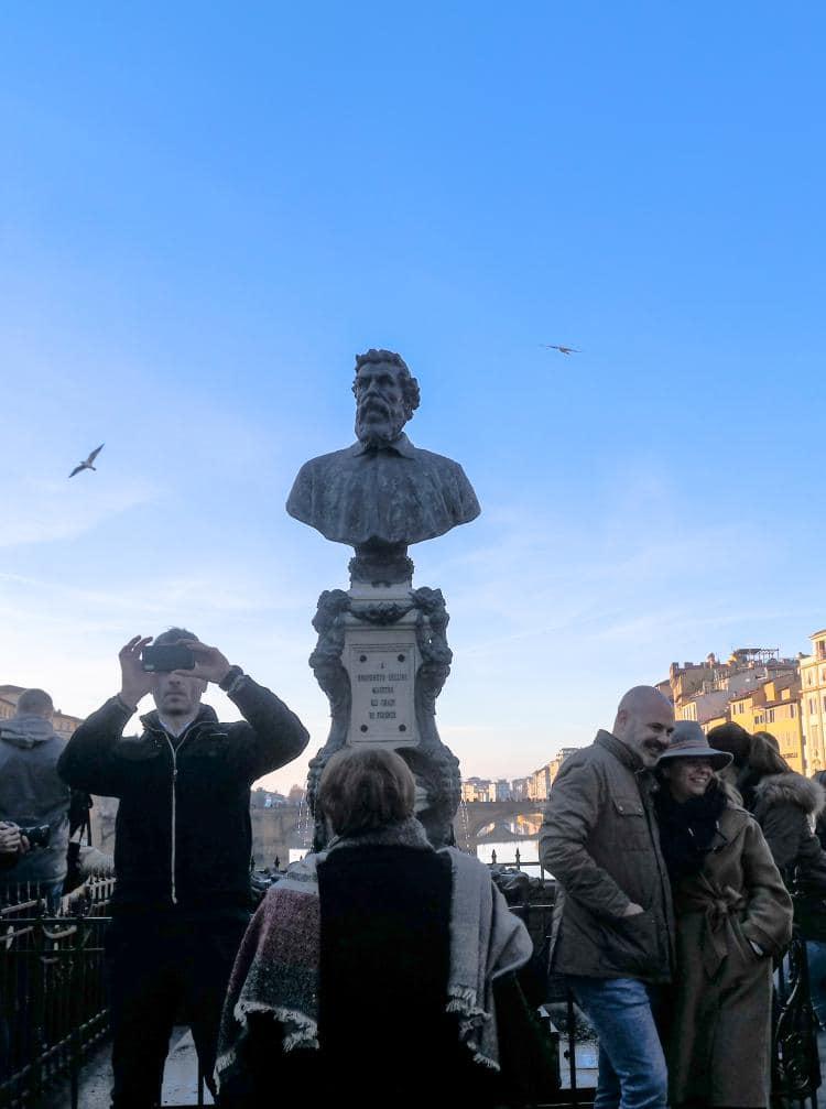 이탈리아 여행, 피렌체, 피티궁전(Pitti Palace)에서 베키오다리(Ponte Vecchio) 가운데에 있는 벤베누토 첼리니 동상(Statue of Benvenuto Cellini), Image - Choi dongsoon