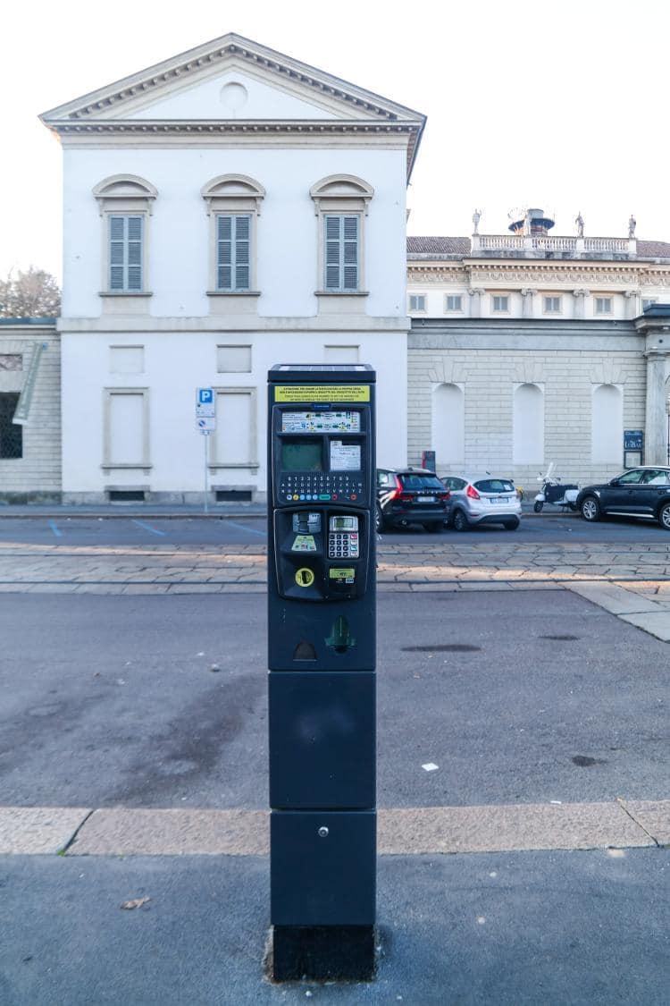 이탈리아 자동차 여행 - Indro Montanelli Park 건너편 Modern Art Gallery 정문 근처 의 거리주차장에 있는 주차 요금 머신,  Image by Happist