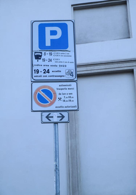 이탈리아 자동차 여행 - 거리주차장 표시 및 주차 요금,  Image by Happist