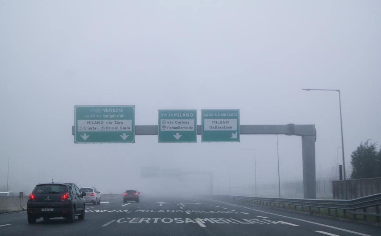 이탈리아 자동차 여행, 공항에서 밀라노시내로 향하는 고속도로 품경, 짙은 안개로 쉽게 운전할 수 없었다, Image by Happist-8013