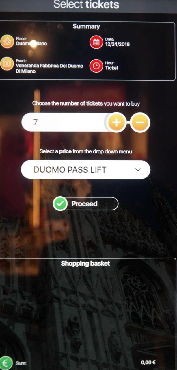 이탈리아 자동차 여행, 밀라노대성당 두우모에 오르기 위한 티켓 발급 머신 조작 중 모습 , Image by Happist