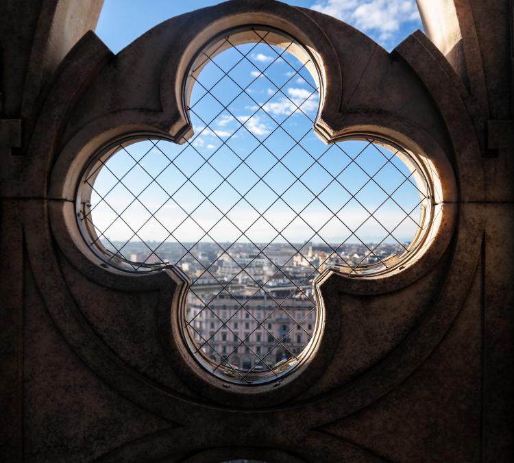 이탈리아 자동차 여행, 밀라노대성당 두우모 지붕의 창살처진 창문을 통해서 바라본 밀라노 시내, Image by Happist-8501