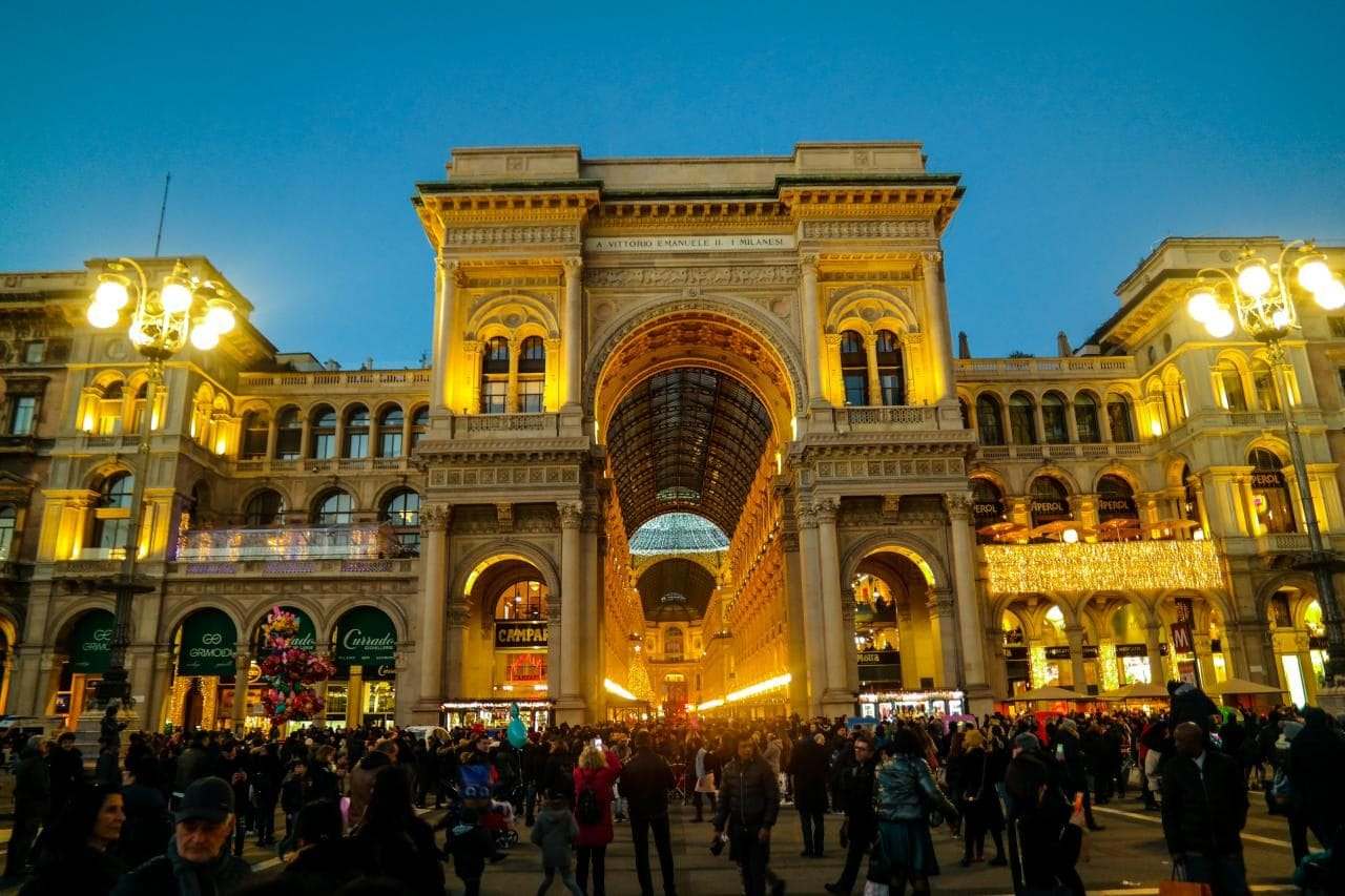 이탈리아 자동차 여행, 밀라노 대성당 옆에 있는 비토리오 에마누엘레2세 갤러리(Galleria Vittorio Emanuele II) 입구 전경, Image by Happist-8823