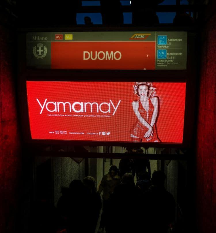 이탈리아 자동차 여행, 밀라노 두오모 메트로역 입구의 광고, Image by Happist