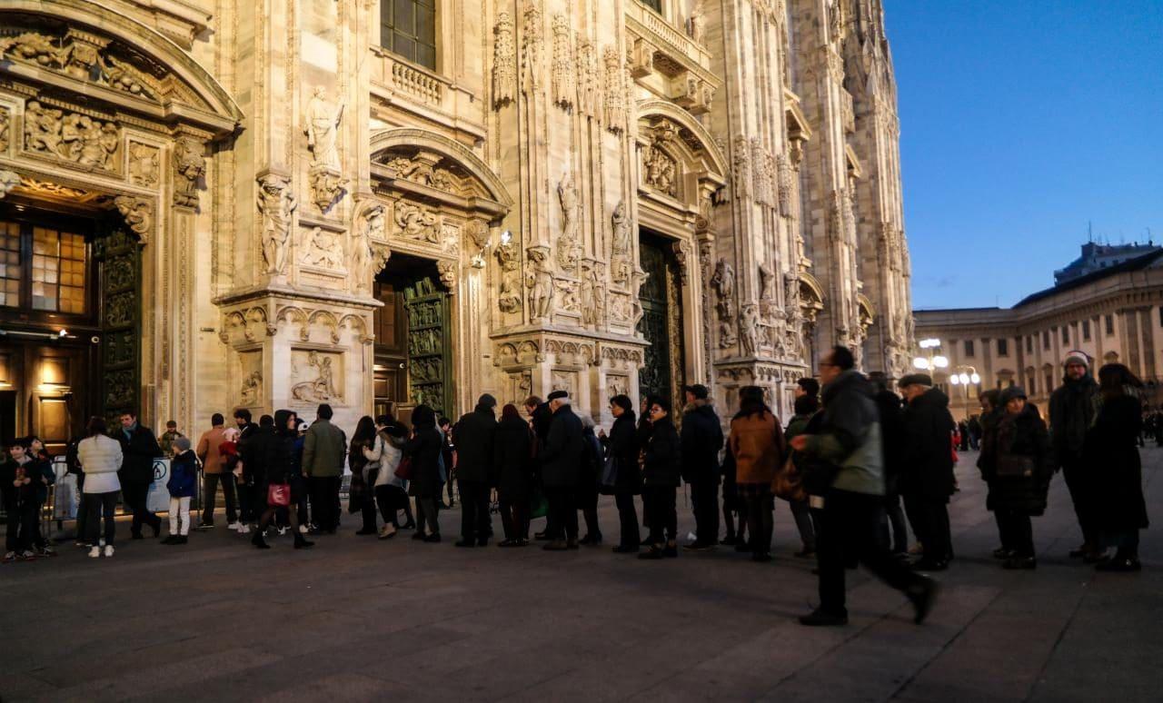 이탈리아 자동차 여행, 밀라노 두오모 입장을 기다리는 사람들, Image by Happist-8832