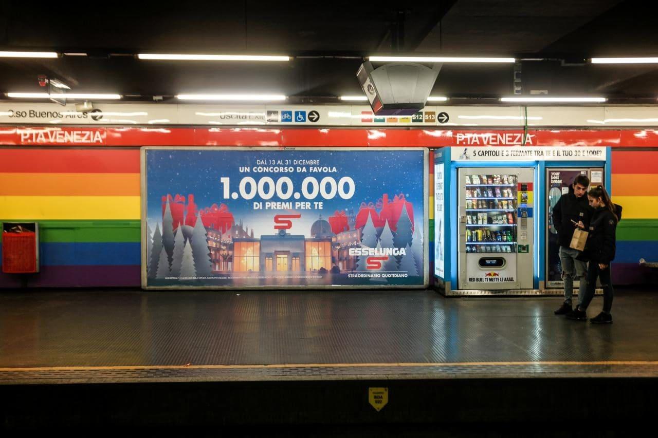 이탈리아 자동차 여행, 밀라노 메트로역의 광고와 승객 풍경, Image by Happist