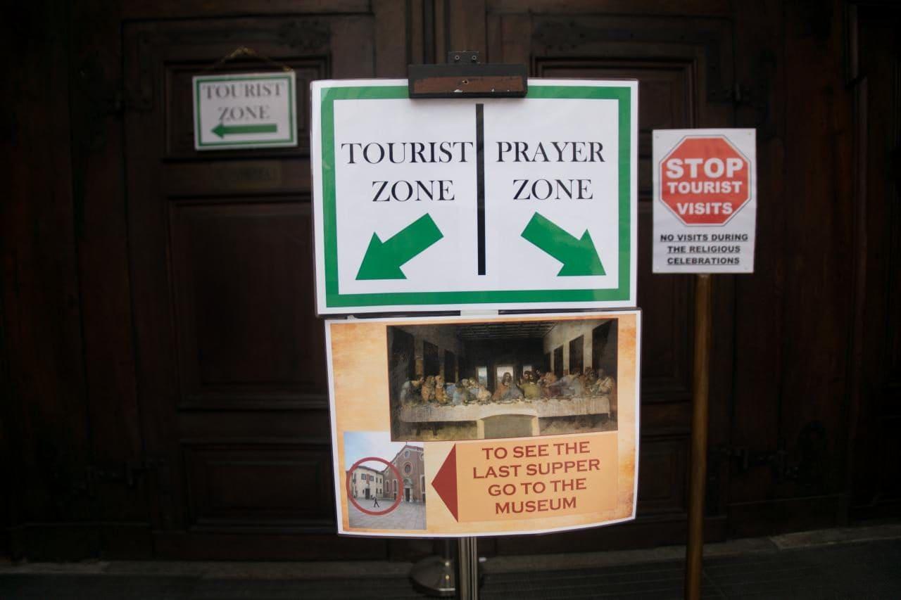 이탈리아 자동차 여행, 밀라노 산타마리아 델레 그라치에성당(Chiesa di Santa Maria delle Grazie) 입구 관관객과 신도 안내 표지, Image by Happist-8062