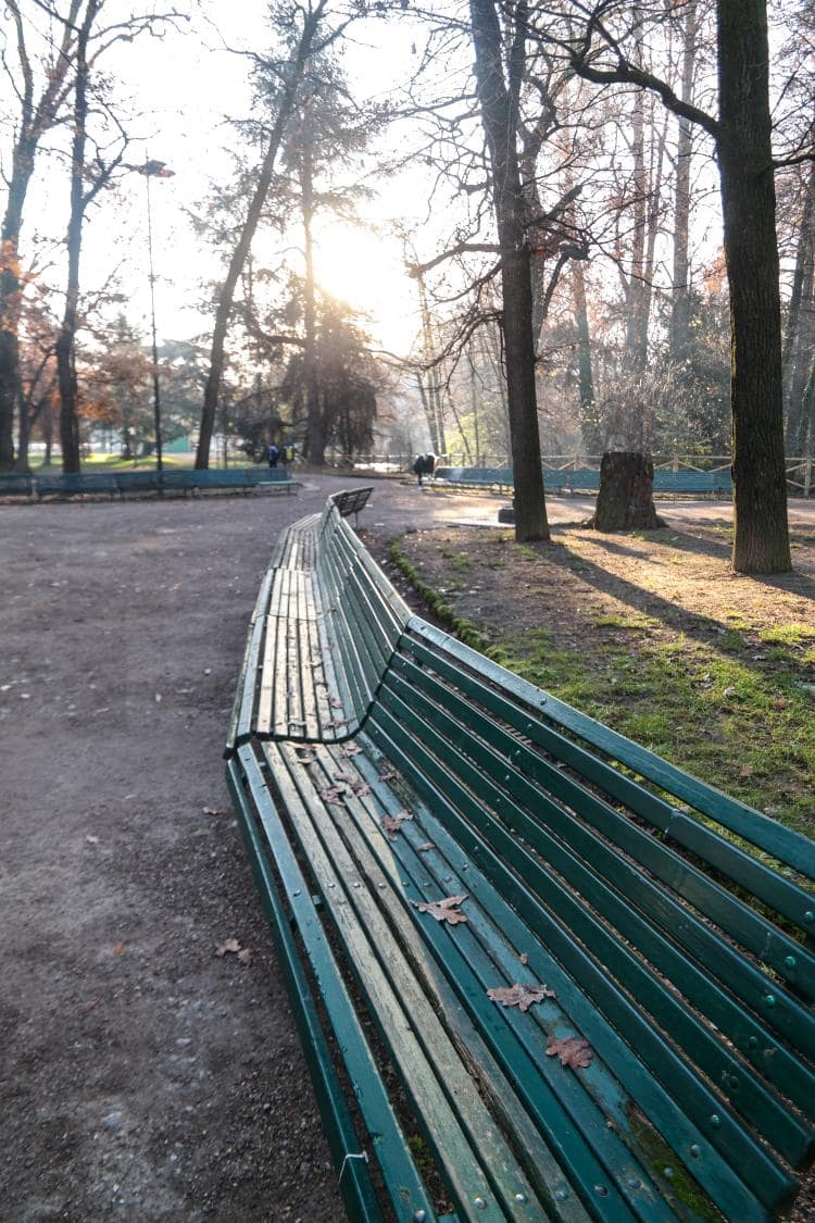 이탈리아 자동차 여행 - 밀라노 Indro Montanelli Park 내부 모습 연결괸 의자가 있는 풍경,  Image by Happist