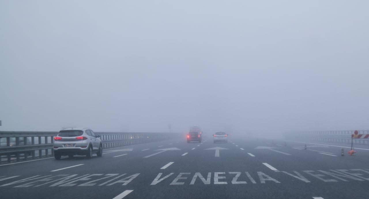 이탈리아 자동차 여행, 안개로 가득차 고속도로 풍경, Image by Happist